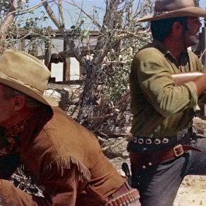 Randolph Scott ja Pernell Roberts elokuvassa Lainsuojattoman jäljillä (Ride Lonesome)
