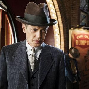 """Boardwalk Empiren päähenkilö Enoch """"Nucky"""" Thompson (Steve Buscemi) sarjan viidennellä tuotantokaudella"""
