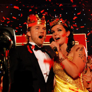 mies ja nainen laulamassa