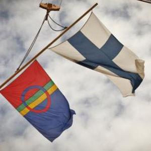 Bild på samiska och finska flaggan.