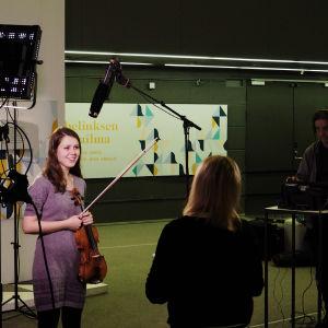 Tv-haastattelussa päivää ennen finaalien alkua Musiikkitalon aulassa.