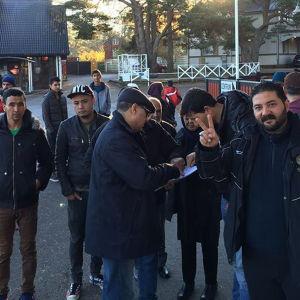 Asylsökande utanför flyktingförläggningen i Nagu