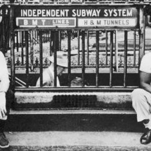 Män framför metron i London.