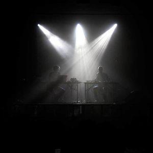 elektronisen musiikin yhtye lavalla