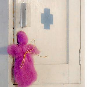 Huopaenkeli lääkekaapin ovessa.