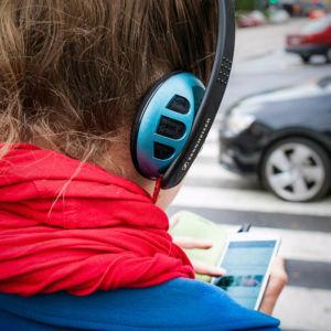 Flicka lyssnar på musik.