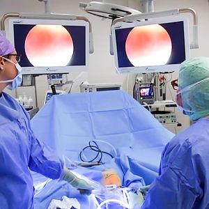 Leikkaussalissa tehdään operaatiota
