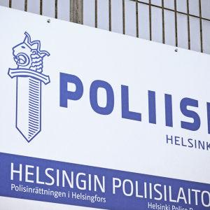 Skylt med texten Poliisi Helsinki, Helsingin poliisilaitos, Polisinrättningen i Helsingfors.