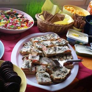 Dukat bord med smårätter och sörsaker