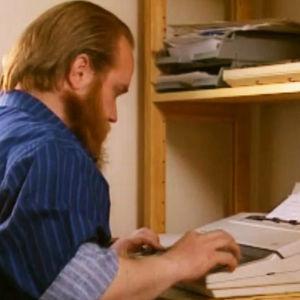 Gösta Sundqvist kirjoittaa käsikirjoitusta kirjoituskoneella.