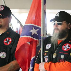 Pahamaineisen Ku Klux Klanin jäsenmäärä kasvaa Yhdysvalloissa, ja liikkeen riiteissä ristit roihuavat.