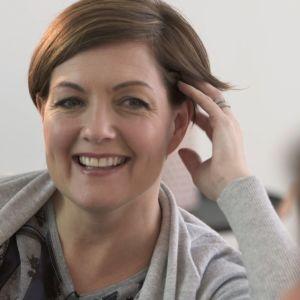 Maria Sundblom-Lindberg i samtal i soffan.