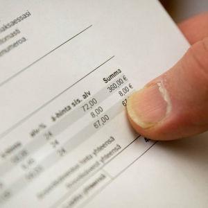 En bilskola tog åtta euro för pappersräkningar.