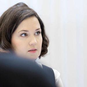 Undervisningsminister Sanni Grahn-Laasonen (Saml): Försök med att slopa obligatorisk skolsvenska.