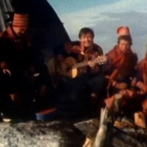 Jouni Valkeapää, Mikkel Bongo, Nils-Aslak Valkeapää, Laila Hetta ja Maaret Hetta joikaavat kodan edessä nuotiolla Olostunturilla.