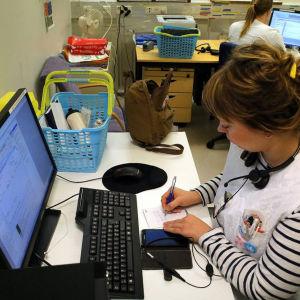 Sjukskötare Tanja Saarelainen behandlar elektroniska formulär i hälsostationen i Vallgård i Helsingfors.
