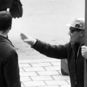 """""""Italialaisturisti"""" Matti Kuusla kyselee seiväs kädessä tietä stadionille."""