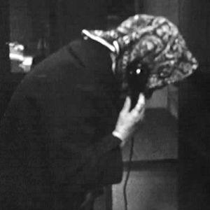 Huivipäinen nainen puhuu puhelimessa