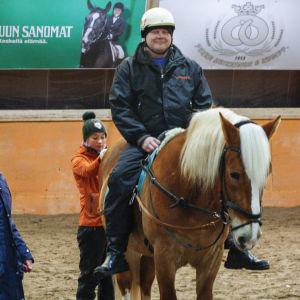 Juha Heininen på hästryggen.