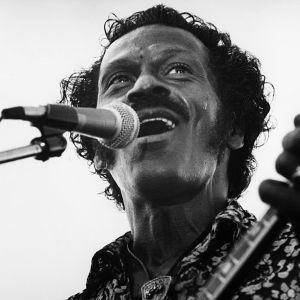 Chuck Berry laulaa ja soittaa kitaraa.