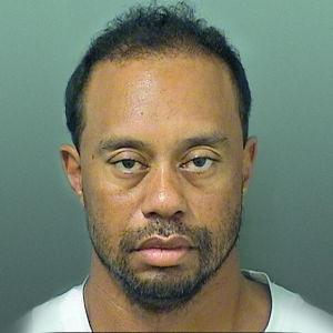 Tiger Woods ser påverkad ut.