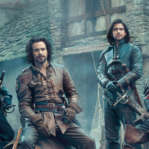 The Musketeers-sarjan kolmas tuotantokausi: päähenkilöt Aramis (Santiago Cabrera), Athos (Tom Burke), D'Artagnan (Luke Pasqualino) ja Porthos (Howard Charles).