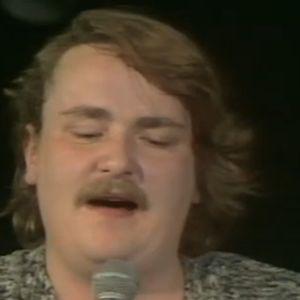 Sakari Kuosmanen laulaa.