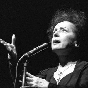Edith Piaf sjunger i en mikrofon