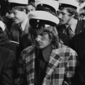 Risto Kauppila istuu ylioppilasjuhlassa 1972.