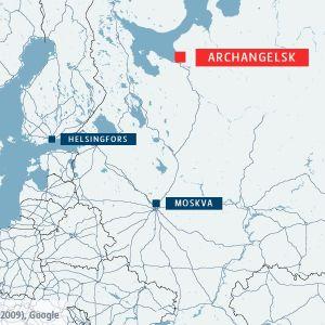 Karta över västra Ryssland med städerna Archangelsk, Helsingfors och Moskva utmärkta. Archangelsk i rött, de två övriga i blått.