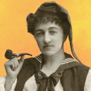 En kvinna,  Eugenie Grünberg, poserar på bilden med en pipa i handen. Bilden är från någongång 1890-1919.