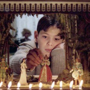 Alexander (Bertil Guve) leikkii nukketeatterilla elokuvassa Fanny ja Alexander