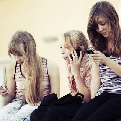 Matkapuhelin on nuorisollakin kovassa käytössä.