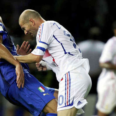 Ranskan Zinedine Zidane puskee Italian Marco Materazzia Jalkapallon MM-kisoissa 2006