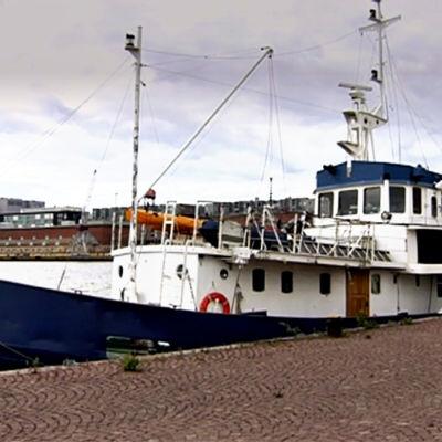 Husbåt vid Sandvikskajen i Helsingfors.