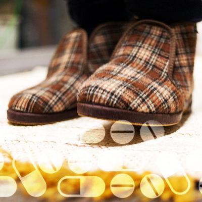 Vanhus kävelee matolla