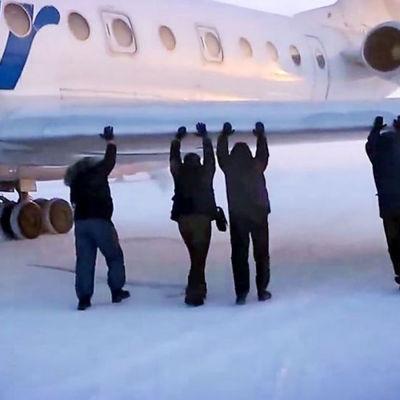 Passagerare skuffar igång flygplan i Sibirien