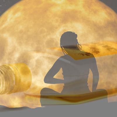 En kvinna som mediterar under fullmånen, och en flaska jallu.