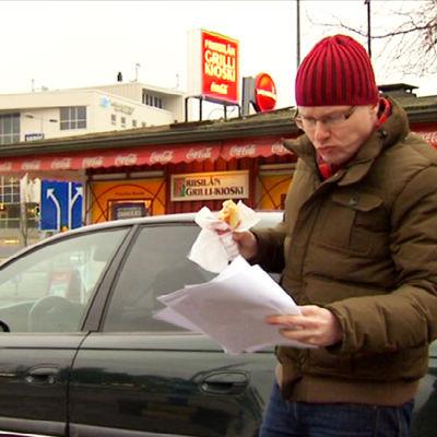 Lauri Miettinen tutkii vaihtoautoista saamiaan tarjouksia.