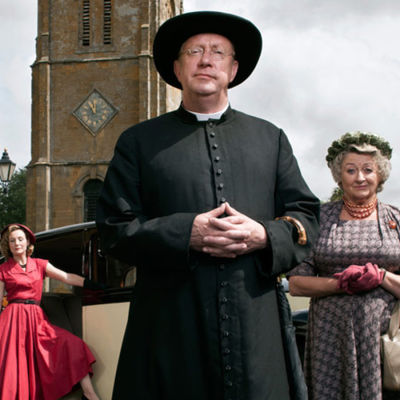 Isä Brown (Mark Williams) laumansa keskellä