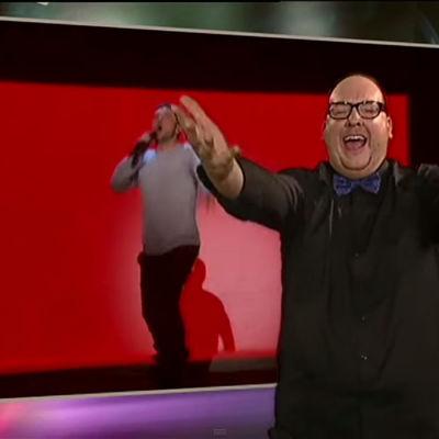 Teckentolkare framför Måns Zelmerlövs vinnarbidrag Heroes i Melodifestivalen.