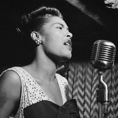 Billie Holiday sjunger i en mikrofon