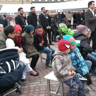 Muslimer samlas på Senatstorget