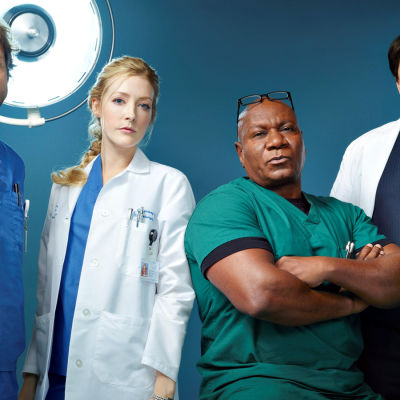 Monday Mornings-sarjan lääkärit Tyler Wilson (Jamie Bamber), Tina Ridgeway (Jennifer Finnigan), Jorge Villanueva (Ving Rhames) ja Harding Hooten (Alfred Molina)