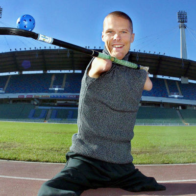 Mikael Andersson rakastamansa sählymailan kanssa Ullevi stadionin edustalla Göteborgissa.