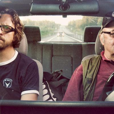 Tauno Latvalehto ajaa ja Kai Latvalehto istuu hänen vieressään henkilöautossa.