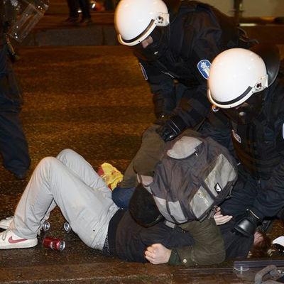 Polis och demonstrant