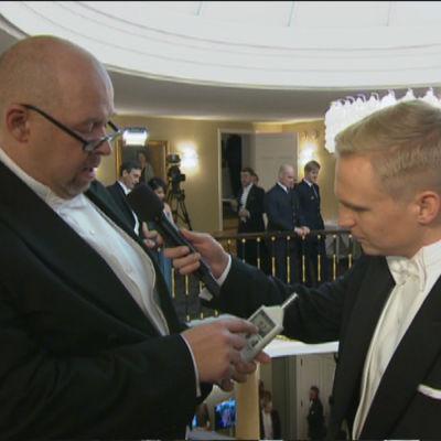 Vetenskapsredaktör Marcus Rosenlund mäter bland annat ljudnivån på slottsbalen 2015.