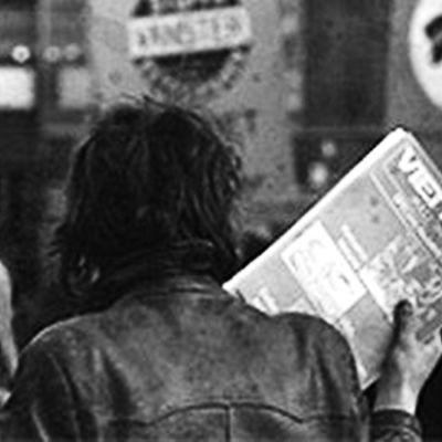 Person med plakat i handen.