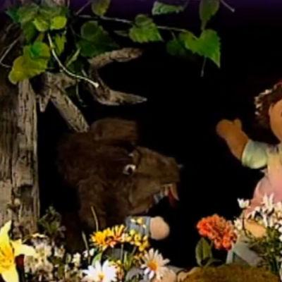 Molly och Lilla O spelar upp Rödluvan.